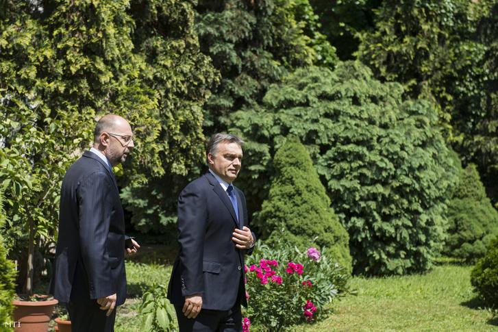 Orbán Viktor miniszterelnök (j) és Kelemen Hunor, a Romániai Magyar Demokrata Szövetség (RMDSZ) elnöke, a román kormány miniszterelnök-helyettese Szatmárnémetiben, a püspöki palota parkjában 2014. május 22-én.