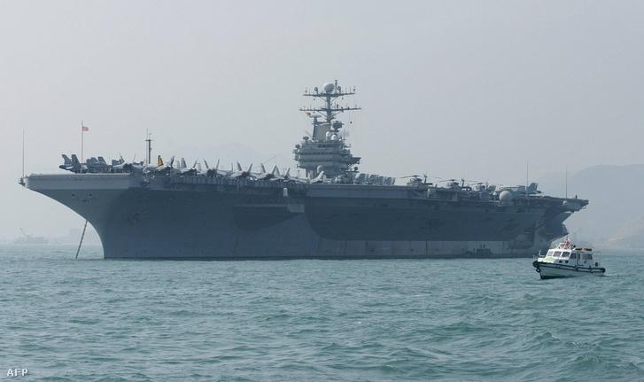 2004-es fotó USS Abraham Lincoln repülőgép-hordozóról, amely most Irán felé tart