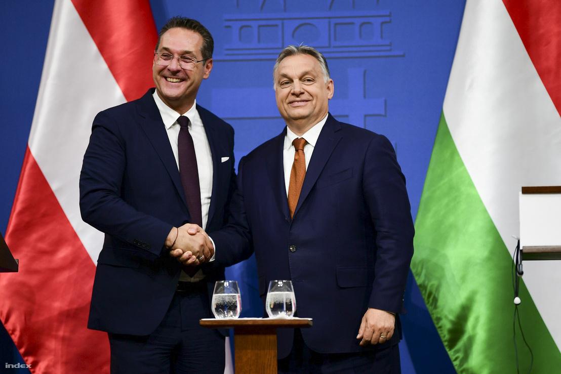 Heinz-Christian Strache és Orbán Viktor kézfogása a találkozójuk végén 2019. május 6-án.