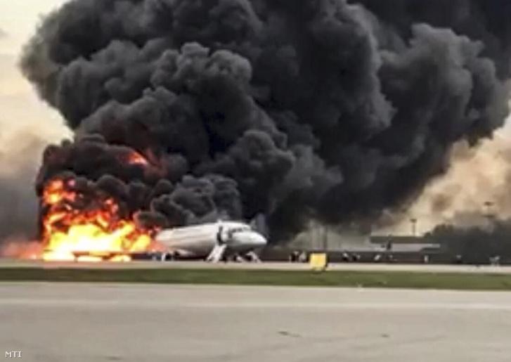 Az orosz Nyomozó Bizottság által közreadott, videófelvételről készített képen az Aeroflot orosz légitársaság Szuhoj SSJ-100-as típusú utasszállító repülőgépe lángol, miután kényszerleszállást hajtott végre a moszkvai Seremetyevói repülőtéren 2019. május 5-én.