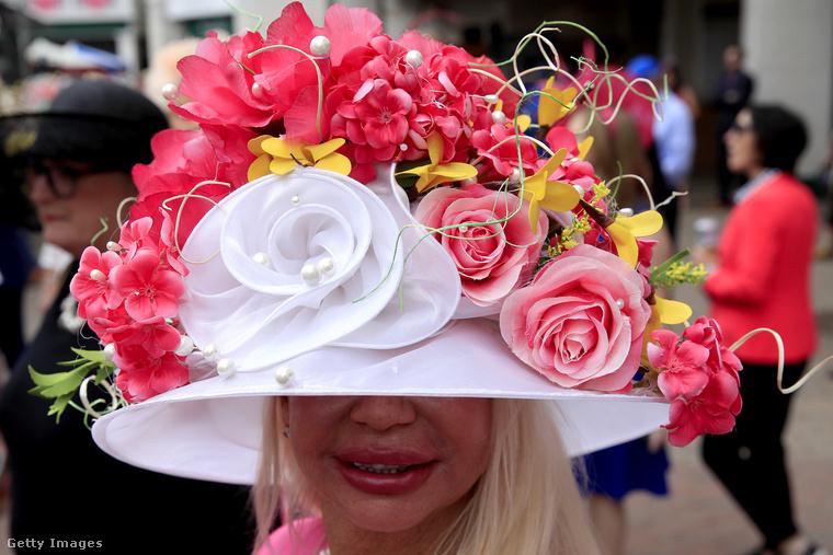 Ezt a fejfedőt nem is a rengeteg virág teszi extrémmé viselője számára, inkább az, hogy valószínűleg ki se lát alóla