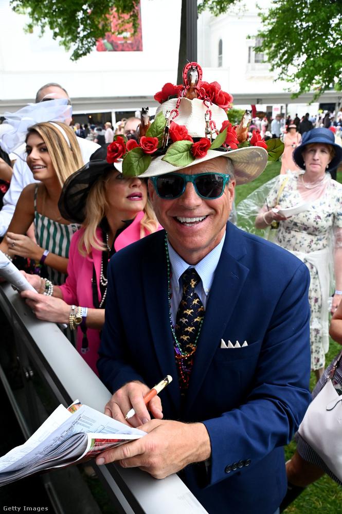 A vidám úriember nem marad el a hölgyek mögött, rózsás kalapban vigyorog.