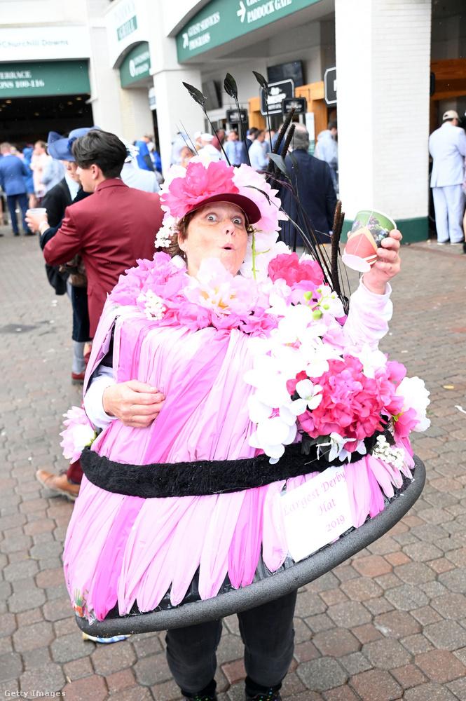 Ez a nő aztán tényleg a kalapra helyezte a hangsúlyt