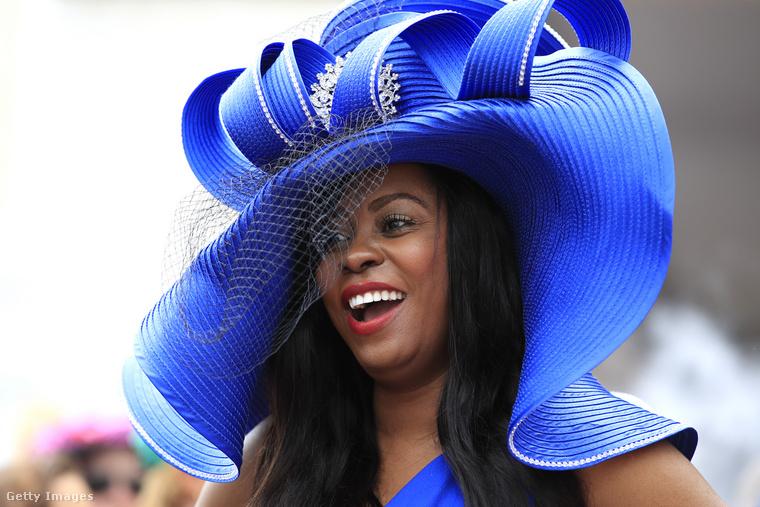 Ezt a királykék, óriási kalapot egy csavaros rész és egy bross is díszíti.