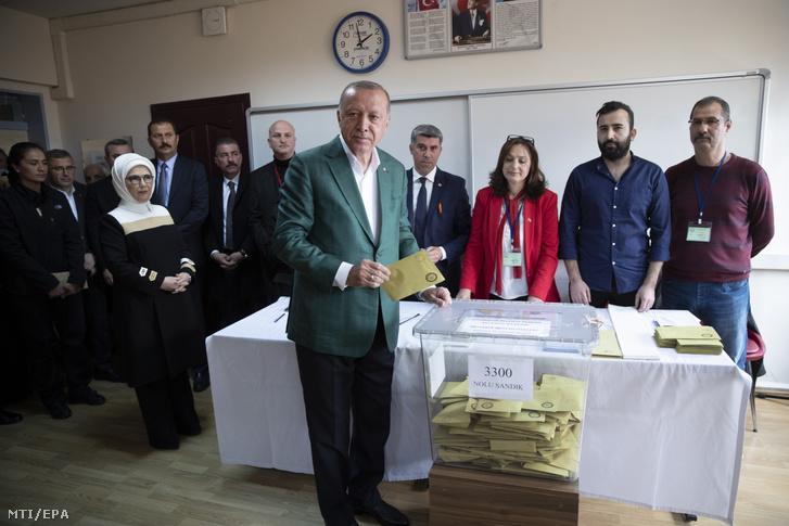 Recep Tayyip Erdogan voksol egy isztambuli szavazóhelyiségben 2019. március 31-én a török helyhatósági választások napján.