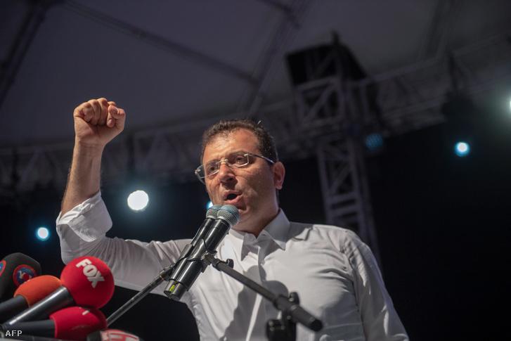 Ekrem Imamoglu isztambuli főpolgármester mond beszédet támogatói előtt Isztambulban 2019. május 6-án