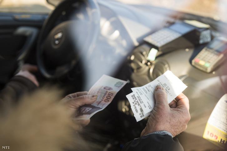 Egy nyíregyházi taxis nyugtát ad az előző nap átvett, mobil online pénztárgépével 2016. december 30-án