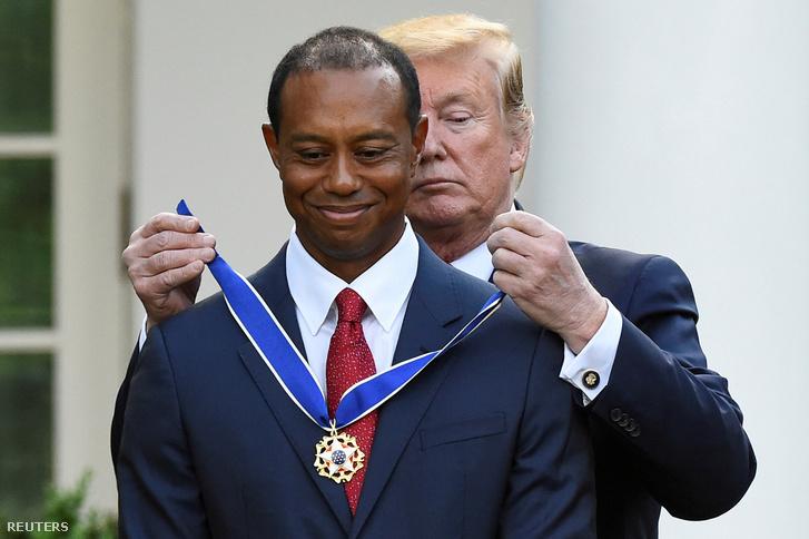 Donald Trump Tiger Woods nyakába akasztja az Elnöki Szabadság-érdemrendet a Fehér Házban 2019. május 7-én