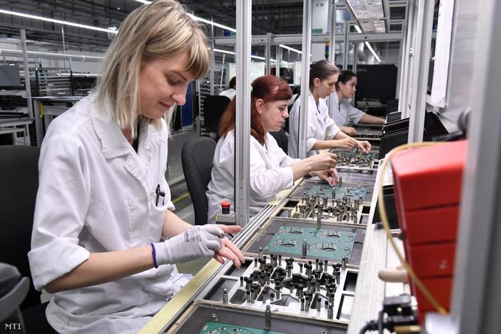Szakemberek dolgoznak egy gyár elektronikai szerelőcsarnokában Székesfehérváron 2019. április 11-én