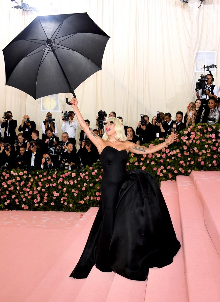 Miután pózolt a kameráknak, levette magáról az élénk rózsaszínű ruháját, ami alatt egy fekete estélyi lapult