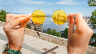 Szemorvos segít napszemüveget választani, hogy elkerüld a látáskárosodást