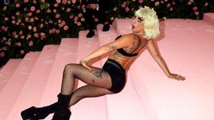 Gaga nem simán bevonult, egy 16 perces performanszt nyomott a Met-gálán