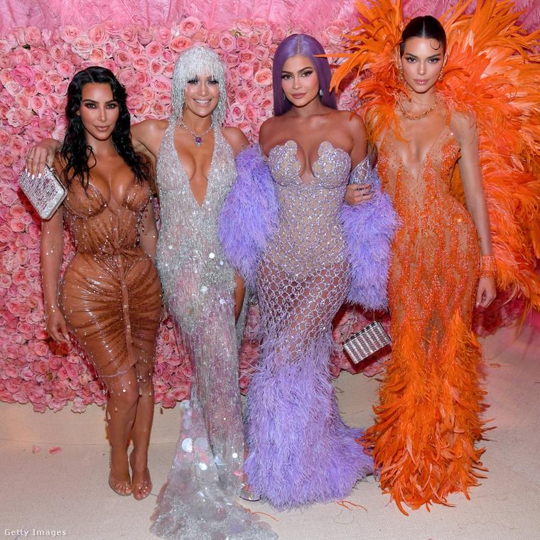 Klikkeljen a fotóra nagyobb verzióért! A névsor: Kim Kardashian, Jennifer Lopez, Kylie Jenner és Kendall Jenner.