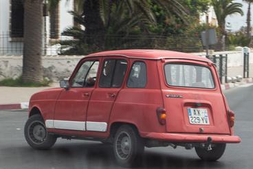 Mondanám, hogy Marokkó egy alternatív Kuba, ahol sokáig elél még az északról ideszórt autópark, de az EU-matricás francia rendszám szerint ő inkább egy kalandor lesz