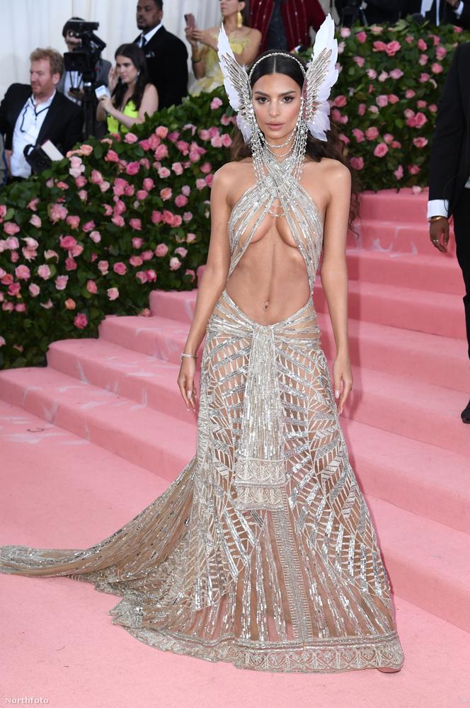 A modell ruhája még nem is lenne annyira nagy durranás, de a fejdísszel kiegészülve már bőven van miről beszélni.
