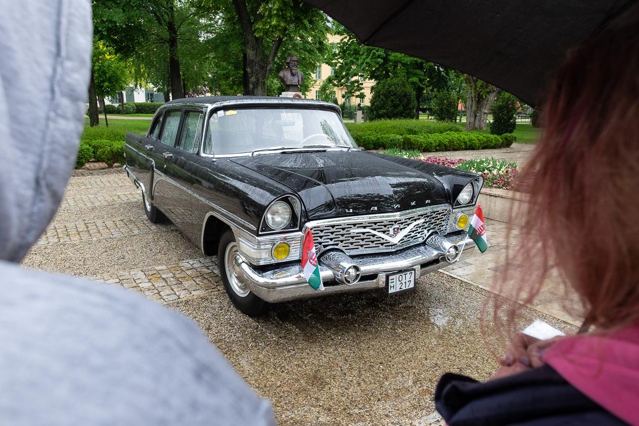 Jókora KGST-autó blokk gyűlt össze idén a Concours d'Elegance-on, a csúcsdísz az egészen pedig ez a részleteiben és egészében is tökéletesen újszerű Csajka, azaz szovjet GAZ-13 luxuslimuzin volt. Érhetetlen, hogy tudott minden annyira tökéletes lenni az 1976-ban gyártott, pártállami ízű luxuskocsin, amennyire, hiszen még a formára sütött gumiszigetelések, vízelvezetők, gombok szintjén is minden olyan volt, mintha most vették volna ki a csomagolásból. Péntek Károly autója láttán növényekké váltak a látogatók, a szemem láttára eresztettek gyökeret a füredi sétány murvájába