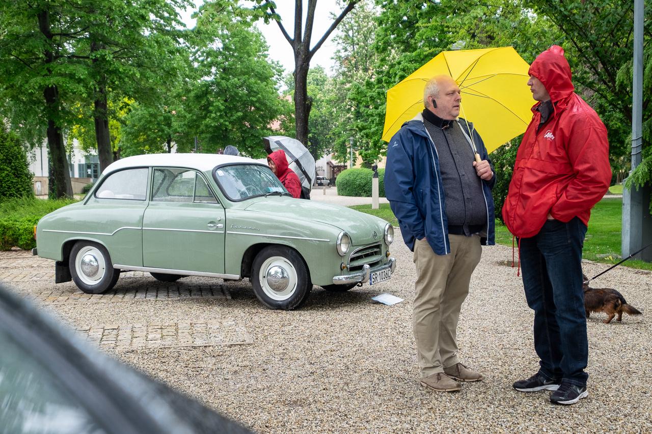 Még a nyolcvanas években is sok lengyel turistát lehetett látni ilyen furcsa, kicsinyített Warszawára emlékeztető autóval. A kocsi neve Syrena és ez egy korai, 1963-as változat, még a lemezből hajlított maszkkal, öngyilkos ajtókkal. Grzegorz Mazur autója Lengyelországból lábon érkezett Füredre, s nem egy restaurált, hanem egy keveset futott, megőrzött példány