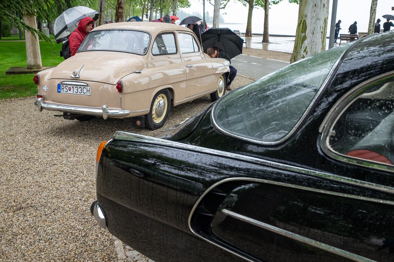 Gyönyörű cseh fenekek és senki ne gyanítson hímsoviniszta be- és kiszólást. Jobbra a Tatra T603 feketében, balra az 1957-es Skoda 440 krémszínben - az az Octavia elődje. Bár az autó is gyönyörű, az még szebb, hogy páran megkérdezték, én hoztam-e a kiállított autót Füredre, hiszen a kocsi tulajdonosa (kissé hunyorítva) a névrokonom, Csíkos Zoltán Szlovákiából