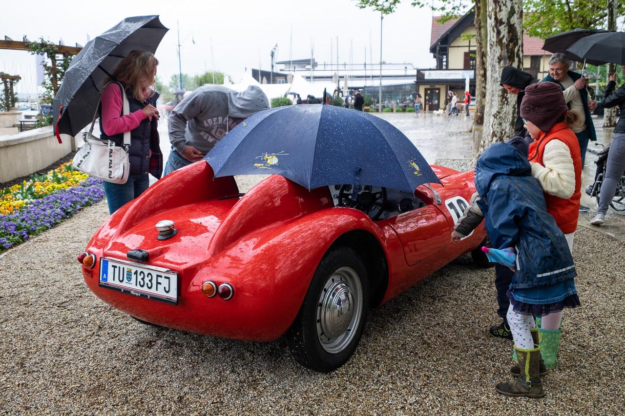 Ez a furcsaság olyasféle szerzet, mint a Lotus (ma Caterham) Seven: kisszériás, konfekciós műszaki elemeket felhasználó angol kit-autó. Úgy hívják, Falcon Competition és valaki 1962-ben rakta először össze. Természetesen műanyagból készült, Ford Angliából származó, 1,2-es, 36 lóerős motor hajtja, tulajdonosa pedig az osztrák Wolfgang Buchta