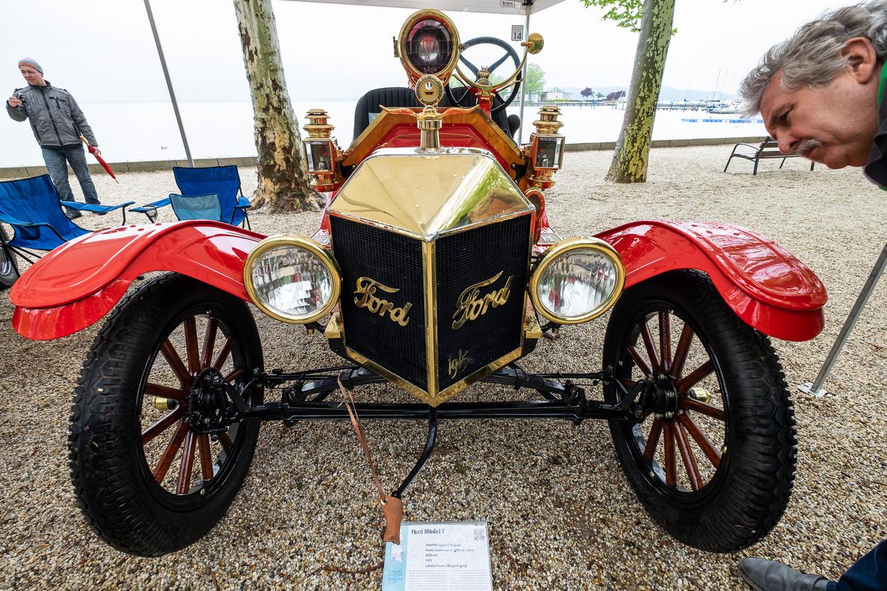 """Ez aztán áramvonal! Csak egy Ford T-modell 1915-ből - de milyen T... A 15 milliós példányszám anno eleve jó löketet adott a házi átalakításoknak már a modell fénykorában, sőt, a Ford maga is készített versenykivitelt a népautóból. Lakatos Ferenc T-modellje is egy ilyen, tuningolt Speedster, amelyben ugyan az eredeti, 2,9 literes 20 lóerős motor csühög, de a maszkja ék alakú, karosszériája jóformán nincs, szélvédőjét budoártükörre emlékeztető, kerek üveg helyettesíti, a színe pedig színtiszta lázadás. Mert hogy is mondta Henry Ford? - """"a vásárló bármilyen árnyalatban rendelheti autóját, amennyiben az a szín fekete"""""""