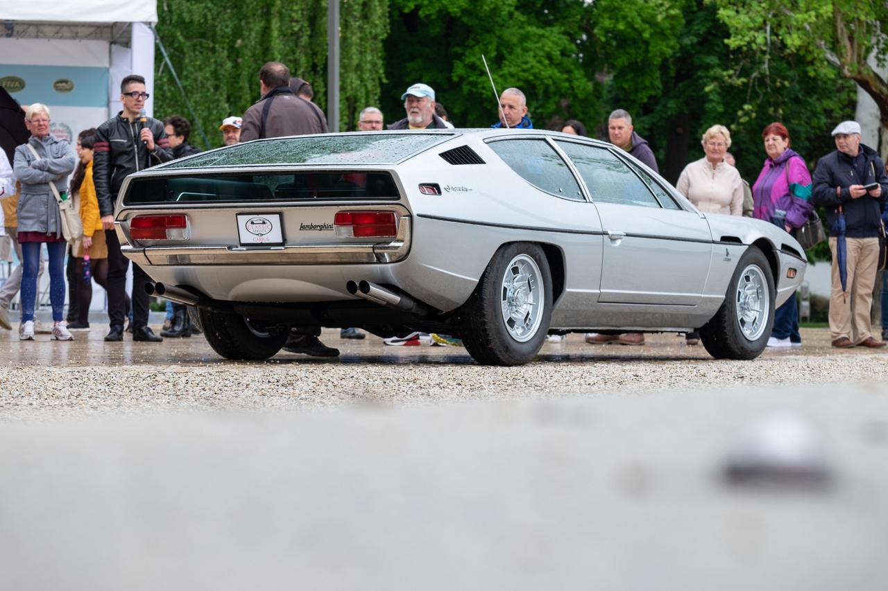 Amikor ezt a Lamborghinit beindították a Tagorén, a nézők elsápadtak - nem mindennap hall az ember hat darab ikerkarburátorral etetett, négyliteres, V12-es, négy vezértengelyes motort felbőgni. A Marcello Gandini-tervezte (Bertone-stúdió), 1971-es kupé négyszemélyes, 350 lóerős és ez a darab a 1217-es széria 537. példánya