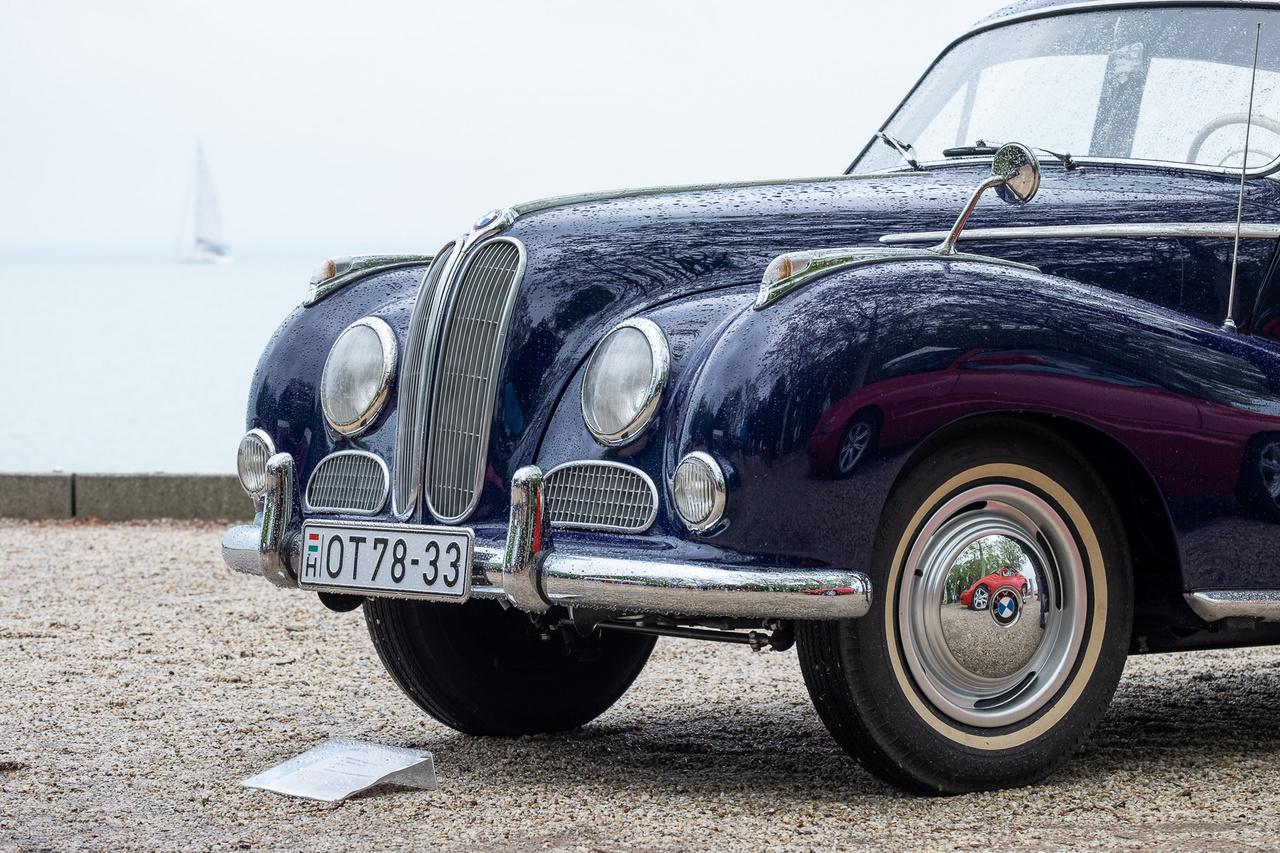 A Kaáli Autó-Motor Múzeum hibátlan BMW 502-ese szomorúan nézi az esőáztatta füredi sétányt - a balatoni vitorlások meg őt. Ez a V8-as motorral hajtott, 120 lóerős változat 1956-ból van, s hasonló ahhoz az 501-eshez, amit megmaradt taxiként bemutattunk a Totalcarban nemrég