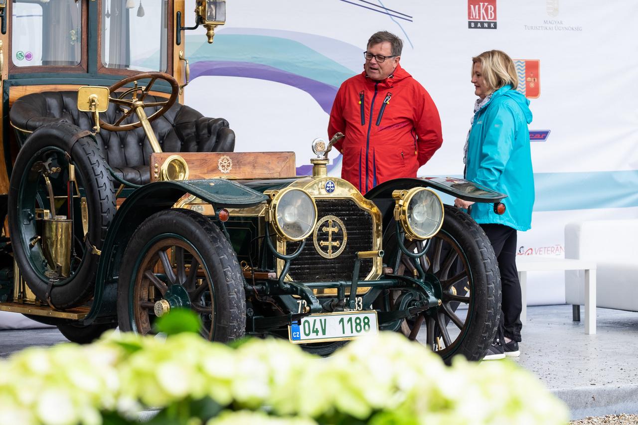 Miért ne lenne újszerű? Hiszen még csak 112 éves ez a Lorraine-Dietrich, amely a nedves időre való tekintettel most éppen nem a nyitott, hanem a zárt felépítményét viseli. A másik is megvan hozzá, két ember három óra alatt ki is tudja cserélni őket. Bár a név 1935-ben megszűnt, 1907-ben még nagyon is a csúcson volt a francia gyár. Ezt a példányt - amely a Concours abszolút szépségdíjasa is lett - az osztrák származású Joseph Rotschild karosszálta, a gépészet fő eleme pedig a 3050 köbcentis, négyhengeres, 15 lóerős motor