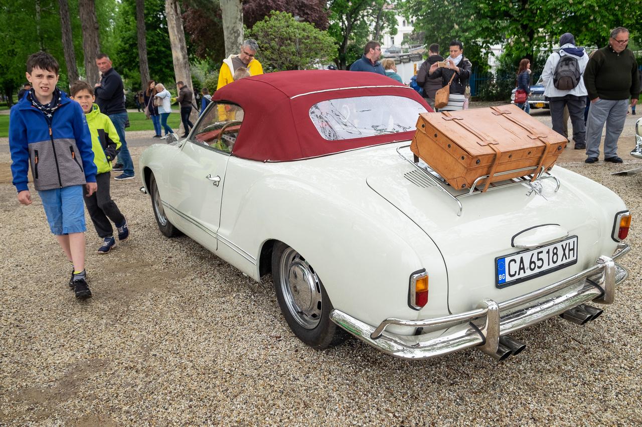 """Sokan érzik, hogy ez itt valamiféle Volkswagen Bogár-rokon. Az bizony, méghozzá egy Karmann-Ghia (ejtsd: """"gía"""" nem """"dzsía""""!), annak is a korai, kislámpás, ráadásul kabrió változata, tehát ritka madár. Ez az 1959-es autó hatévesen került Bulgáriába, mostani tulajdonosa, Dimitar Dimitrov pedig 2005-11 között restaurálta . Szép, de nem különösen gyors: 1,2-es motorja csupán 38 lóerős"""