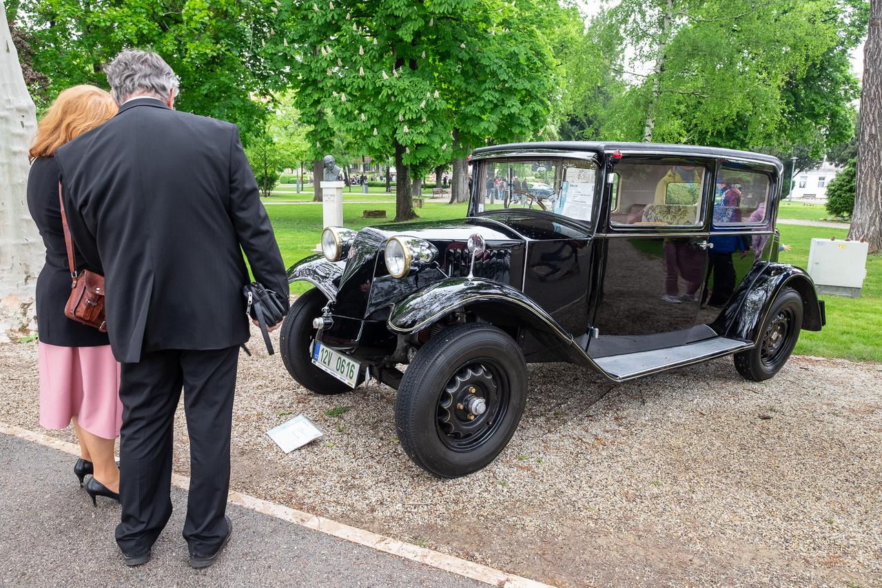 A nagyon régen előtt még sokkal régebben volt olyan idő, amikor a Tatránál még nem áramvonalas, farmotoros nagyautók készültek, hanem viszonylag kicsi, orrmotorosak. Ez az 54-es modell 1931-ből származik, A Veřmiřovskỳ család 1938-ban, hétévesen vette ezt az autót, 1972-ig rendszeresen használta. Tárolása közben, 1997-ben, árvízben megsérült, 14 évig restaurálták, 2011-ben ellopták, de megkerült és most Füreden feketéllett a murván