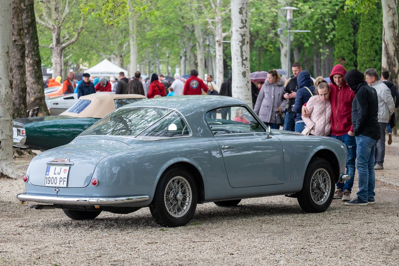 Szoborszépségű, hibátlanul megválasztott színű, csodás Borrani-felniken nyugvó kupédöbbenet hatvanhat évvel ezelőttről. Az Alfa Romeo 1900C Sprint Coupét a Pinin Farina (akkor még külön írták) stúdiójában tervezték, 1,9-es motorja az akkori léptékhez képest pokolian durva, száz lóerős volt, a technika pedig még Giuseppe Busso legendás, alublokkos DOHC-i előtti időkből származik - a vasblokkos egykilences, szintén kétvezértengelyes motort ugyanis még Orazio Satta Puliga tervezte