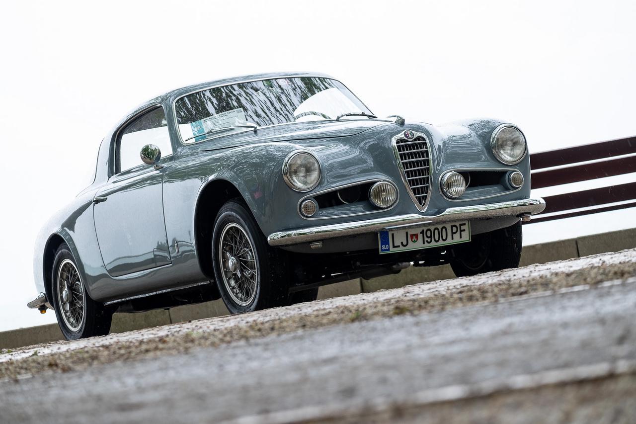 Elképesztő forma, hibátlan szín, izgalmas, kétvezértengelyes motor, gyönyörű restaurálás, ritkaság (az eredeti százból körülbelül harminc ilyen autó maradt meg) és pompás sztori az egész mögött - nem véletlen, hogy a kékesszürke Alfának megszavaztuk a Totalcar különdíját