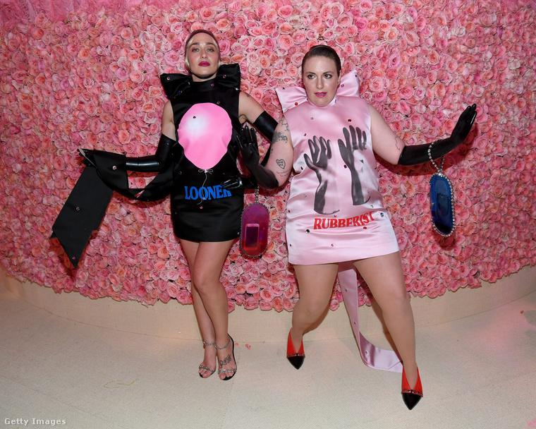 Jemima Kirke és Lena Dunham a Csajok című HBO-sorozatból összeöltözve jöttek el, mindketten miniben, a rózsaszínt feketével kombinálva