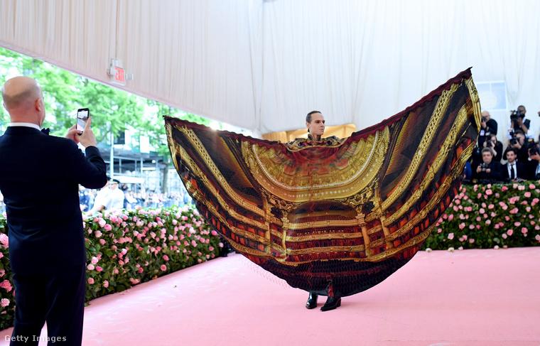 Ez az öltözék egy mozdulattal átalakítható egy ilyen csodává