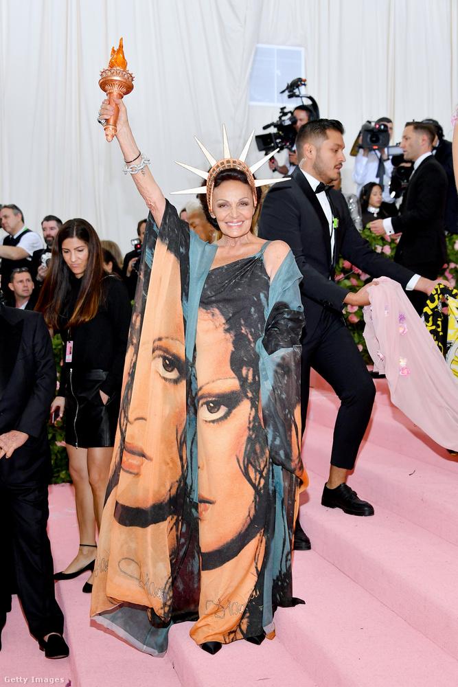 Diane von Fürstenberg divattervezőnő már egy ideje aktívan közreműködik a New York-i szabadságszobor gondozásában, de nem ez az egyetlen történet emögött az öltözék mögött