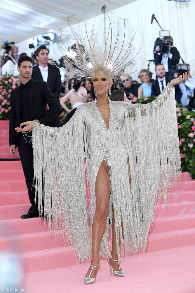 Céline Dion énekesnő olyan, mint egy showgirl Las Vegasban, csak kicsit téliesítve.