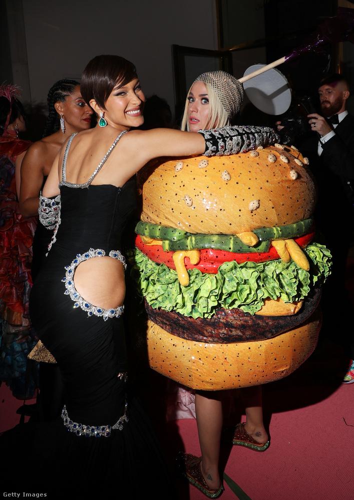 Ezen a képen Bella Hadid látható Katy Perry mellett: igen, az énekesnő az est folyamán átalakult csillárból hamburgerré