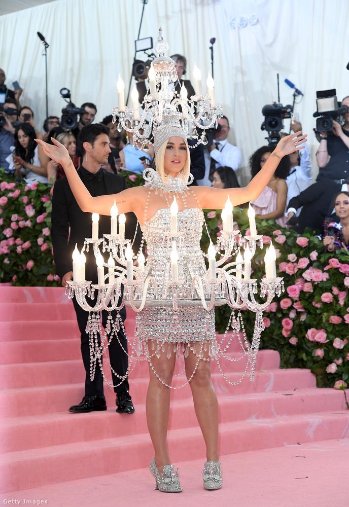 Hétfő éjjel volt az az esemény, amit hivatalosan Costume Institute Galának hívnak, de igazából Met-gálaként emleget mindenki, mert a New York-i Metropolitan Museum of Art javára gyűjt adományokat az esemény