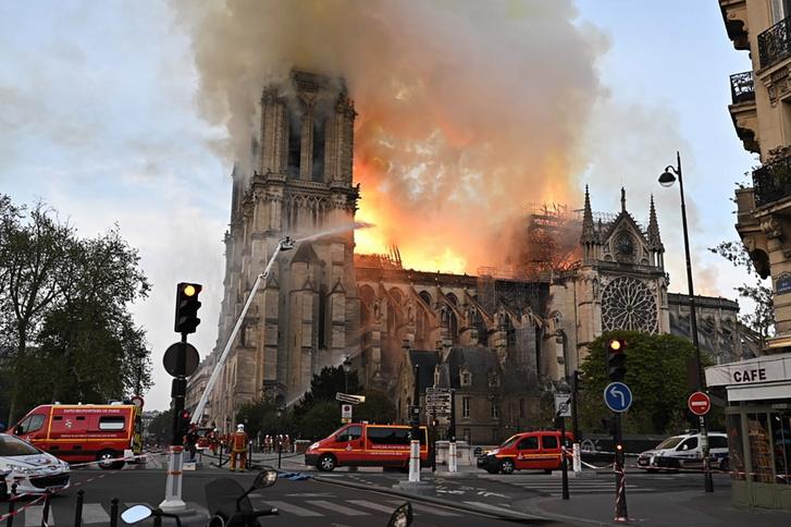 Több mint ezer lakót evakuáltak a környékről, a tűzben nem sérült meg senki.