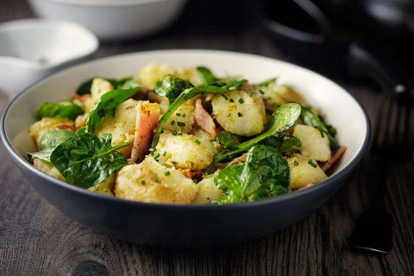 Spenótos krumplisaláta ropogós baconnel és sajttal: önmagában és köretként is fenséges