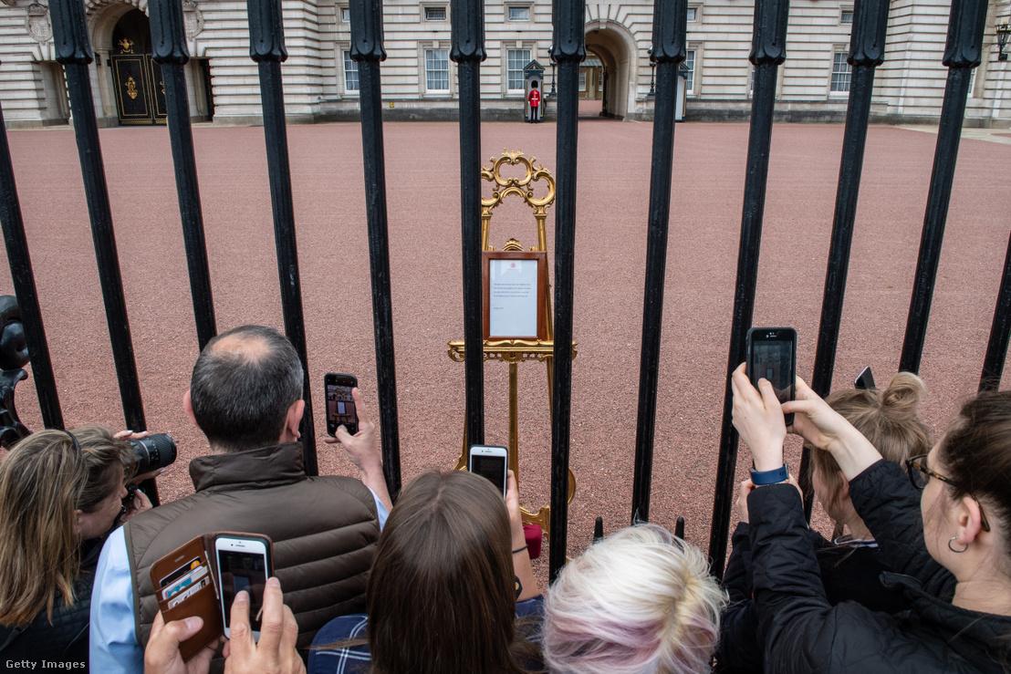 A születésről szóló hivatalos bejelentés a Buckingham-palota előtt.