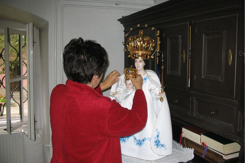 Folyamatosan bővül a Szűzanya ruhatára - 20 év alatt 20 viselet készült a csodatevő kegyszobornak