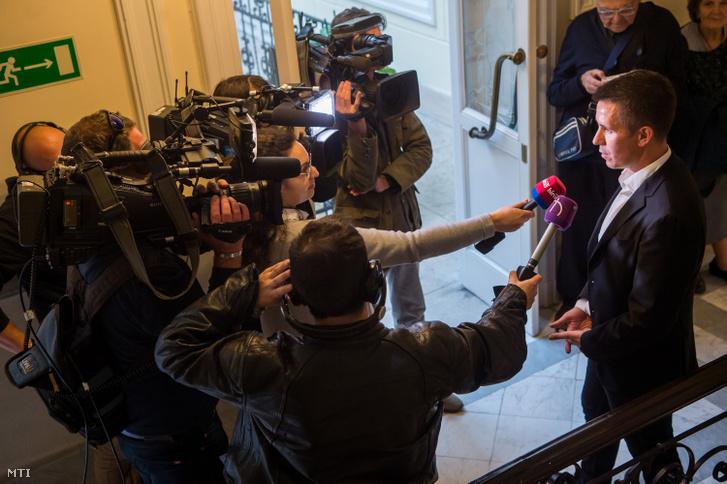 Czeglédy Csaba (Éljen Szombathely!-MSZP-DK-Együtt) szombathelyi önkormányzati képviselő, a Demokratikus Koalíció európai parlamenti (EP-) képviselőjelöltje nyilatkozik a sajtónak a Nemzeti Választási Bizottság (NVB) ülése után a Nemzeti Választási Iroda (NVI) Alkotmány utcai székházában 2019. május 7-én.