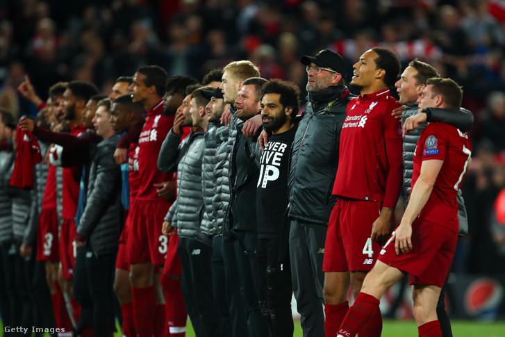 A Liverpool csapata ünnepel a Barcelona elleni 4-0-s győzelem után