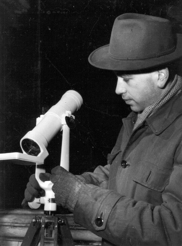 Almár Iván a szovjet AT-1-es távcsővel a Csillagászati Kutatóintézet teraszán az 50-es években