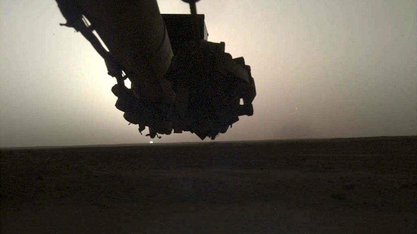 Íme, a marsi napfelkelte az InSight űrszonda nézőpontjából.
