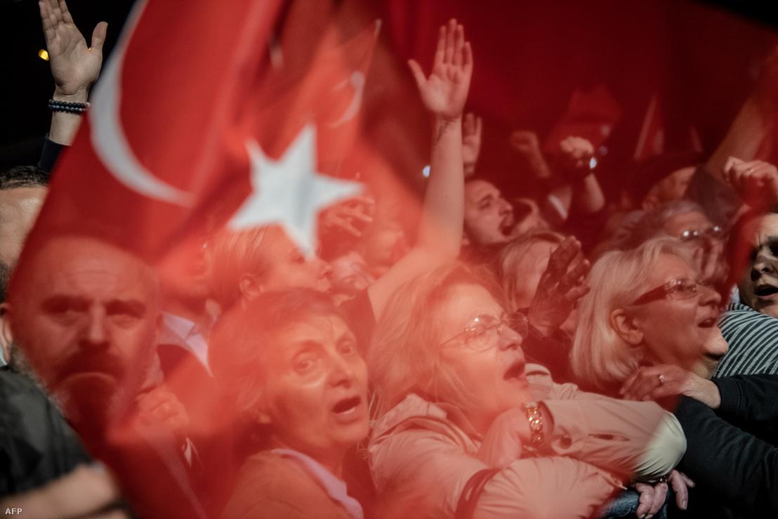 Ekrem Imamoglu támogatói tüntetnek Isztambulban 2019. május 6-án