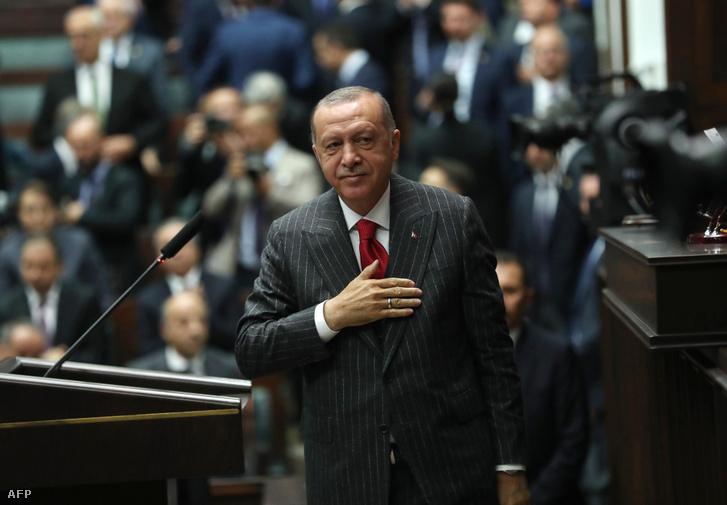 Erdogan a török parlamentben köszönti pártja tagjait 2019. május 7-i képviselőtestületi gyűlésen. A török elnök a demokrácia megerősítéseként értékelte, hogy megismétlik a szerinte elcsalt választást.