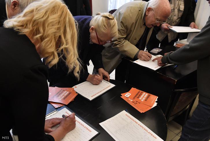 Aláírási íveket töltenek ki érdeklõdõk a Fidesz lakossági fóruma elõtt az Újpesti Polgár Centrumban 2019. május 7-én.
