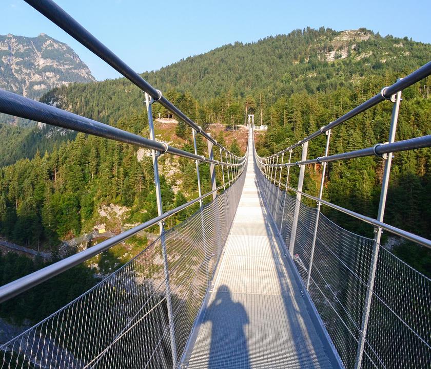 Reutte gyaloghídja az Ehrenbergi-hegyszoros fölött húzódik 100 méteres magasságban.