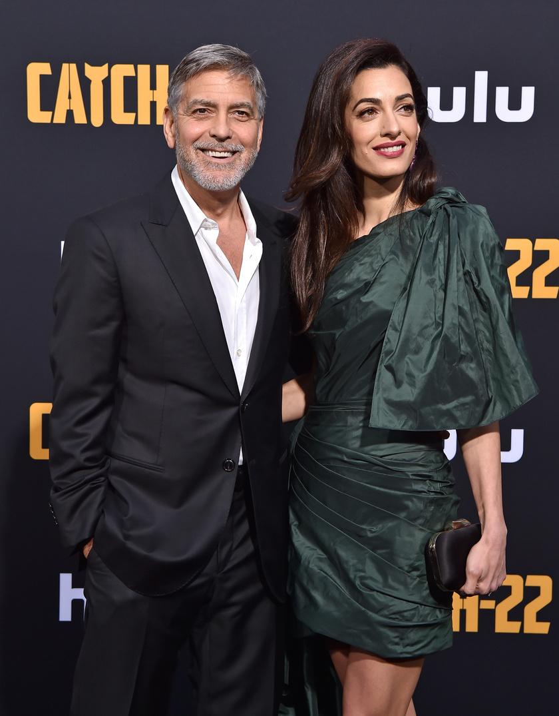Amal Clooney is elkísérte a Catch-22 minisorozat premierjére férjét, George Clooney-t.